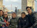 donna-agnesia-dan-darius-sinathrya-bersama-ketiga-anaknya-liburan-di-london.jpg