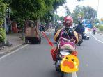 driver-uber-bawa-tas-besar-naik-motor_20171220_081917.jpg