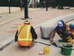 dua-di-antara-tiga-pekerja-yang-sedang-menambal-lantai-komplek-sugbk_20180126_153513.jpg