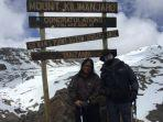 dua-pendaki-asal-riau-di-puncak-gunung-kilimanjaro.jpg