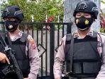 dua-polisi-berjaga-di-depan-rumah-mertua-terduga-teroris-n-di-tulungagung.jpg