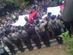 dua-polisi-korban-pesawat-jatuh-dimakamkan-di-semarang_20161218_095250.jpg