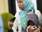duka-keluarga-korban-tenggelamnya-km-marina_20151227_155307.jpg