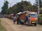 dump-truck-tak-bisa-jalan-karena-diblokir-warga_20180515_124532.jpg