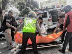 ejumlah-petugas-kepolisian-mengangkat-jenazah-pemotor-yang-terlibat-kecelakaan_20170814_121617.jpg
