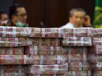 eksekusi-barang-bukti-korupsi-kondensat-uang-tunai-rp-97-miliar_20200707_173207.jpg
