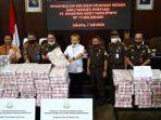 eksekusi-barang-bukti-korupsi-kondensat-uang-tunai-rp-97-miliar_20200707_174247.jpg