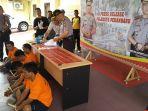 ekspose-tersangka-narkoba-di-pekanbaru_20170825_134655.jpg