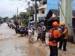 Gunakan Seutas Tali, Petugas BPBD Bantu Evakuasi Ibu Berdaster di Tengah Derasnya Banjir PGP Bekasi