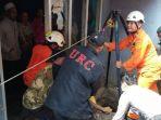 evakuasi-jenazah-dari-dalam-sumur_20171104_114730.jpg
