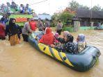 evakuasi-korban-banjir-di-bantaran-sungai-tuan-kalsel_20210117_204638.jpg