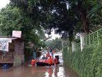 evakuasi-korban-banjir-di-kelurahan-pulo-yang-melibatkan-bayi.jpg
