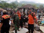 evakuasi-korban-tsunami-lampung-selatan_20181224_220313.jpg