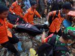 evakuasi-korban-tsunami-lampung-selatan_20181224_220544.jpg