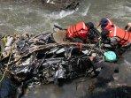 evakuasi-mobil-terbawa-banjir-bandung_20161111_153105.jpg