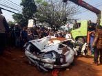 evakuasi-mobil-yang-tertimpa-truk-tanah-di-tangerang_20190801_224653.jpg