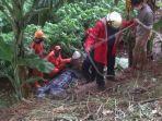evakuasi-pria-berinisial-j-yang-melakukan-percobaan-bunuh-diri-dari-atas-jembatan-kbt.jpg