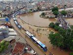 foto-udara-banjir-rendam-jalan-jatinegara-barat_20200101_234801.jpg