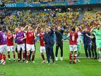 franco-foda-tengah-merayakan-dengan-para-pemainnya-setelah-memenangkan-pertandingan.jpg