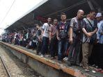 gangguan-listrik-membuat-penumpang-commuter-line-terhambat_20190120_202831.jpg