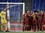 gelandang-armenia-as-roma-henrik-mkhitaryan-merayakan-gol-dengan-rekan-rekannya.jpg
