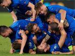 gelandang-italia-manuel-locatelli-di-lapangan-merayakan-dengan-rekan-satu-timnya.jpg