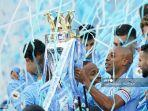 gelandang-manchester-city-brazil-fernandinho-mengangkat-trofi-liga-inggris.jpg