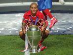 gelandang-spanyol-bayern-munchen-thiago-alcantara-merayakan-dengan-trofi-liga-champions.jpg