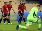 gelandang-spanyol-ferran-torres-kanan-merayakan-gol-pertamanya.jpg