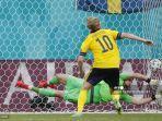 gelandang-swedia-emil-forsberg-mencetak-gol-penalti-ke-gawang-slovakia.jpg