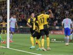 gelandang-young-boys-nicolas-moumi-ngamaleu-tengah-merayakan-setelah-mencetak-gol.jpg