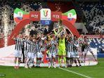 gianluigi-buffon-memegang-trofi-coppa-italia-saat-pemain-juventus-merayakan-kemenangan.jpg