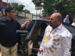 gubernur-papua-lukas-enembe-ketika-tiba-di-tps-043-kelurahan-argapura.jpg