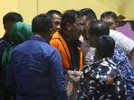 gubernur-riau-resmi-ditahan-kpk_20190712_130829.jpg