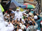 habib-rizieq-shihab-pulang-ke-indonesia_20201110_153554.jpg