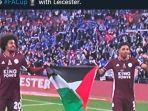 hamza-choudhury-kiri-dan-wesley-fofana-membentangkan-bendera-palestina.jpg