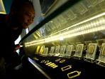 harga-emas-antam-naik-hampir-2-persen-di-butik-emas-bandung_20200108_154403.jpg