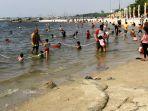 hari-pertama-idul-fitri-1442-h-pantai-ancol-ramai-pengunjung_20210514_233422.jpg