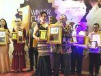 heni-tania-terima-best-inspiring-dan-creativity-women-award-winn_20190622_081402.jpg