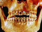 hiasan-gigi-zaman-kuno-yang-menggunakan-batu-giok-dan-emas_20180924_131431.jpg