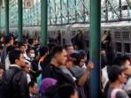 hiruk-pikuk-penumpang-kereta-commuter-line-di-stasiun-manggarai_20150402_082826.jpg
