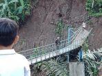 hujan-deras-buat-jembatan-gantung-putus-akses-desa-neglasari-dan-gelarpawitan-terputus.jpg