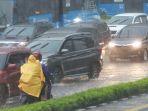 hujan-lebat-pengendara-motor-nekat-melaju-di-himpitan-mobil_20210414_170643.jpg