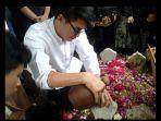 ifan-seventeen-makamkan-istrinya-dylan-sahara-di-ponorogo_20181225_203220.jpg