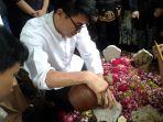 ifan-seventeen-makamkan-istrinya-dylan-sahara-di-ponorogo_20181225_203448.jpg