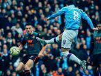 iikay-gundogan-menendang-bola.jpg