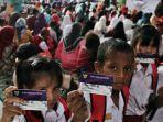 ilustrasi-para-siswa-memperlihatkan-kartu-indonesia-pintar.jpg