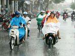 ilustrasi-pengendara-sepeda-motor-yang-mengenakan-jas-hujan.jpg