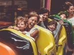 ilustrasi-wisatawan-yang-naik-roller-coaster.jpg