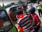 inilah-video-detik-detik-evakuasi-pengendara-motor-terlindas-truk-di-semarang_20171110_125329.jpg